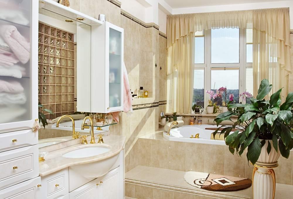 Красиво оформленное окно в санузле может стать изюминкой всего дизайна