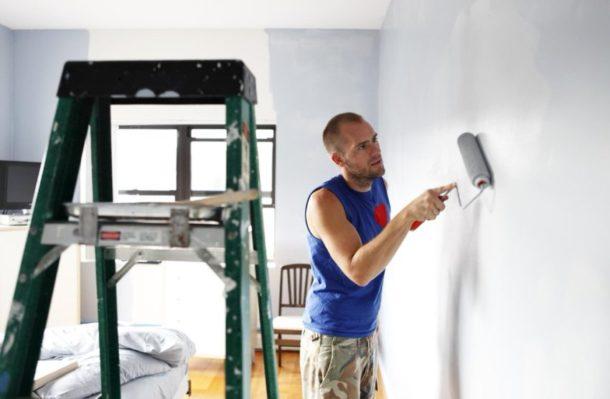 Слой грунтовки существенно улучшит качество сцепления обоев со стеной