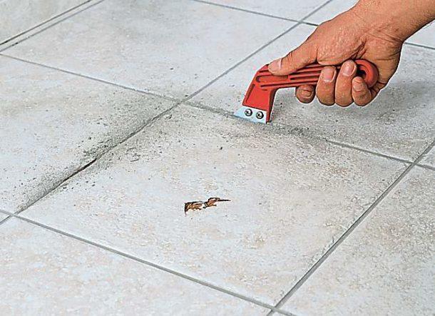 Снятие старого кафеля начинается с зачистки швов