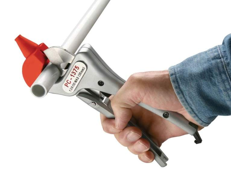 Используем труборез для нарезки труб из ПВХ