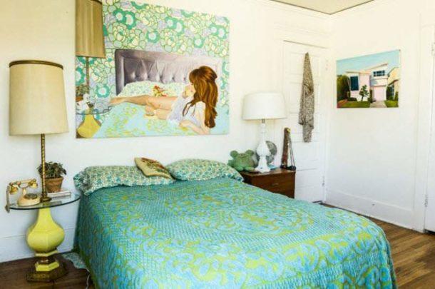 Картина-рифма полностью вписывается в цветовую гамму комнаты