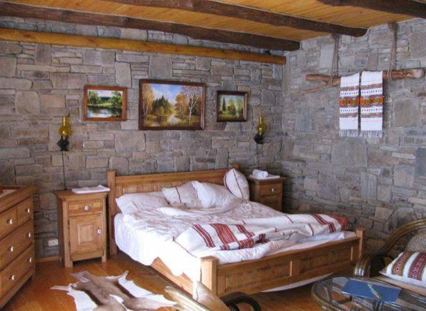 Спальня в стиле кантри с тематическими холстами на стене