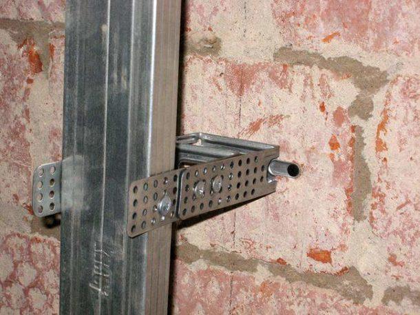 Монтируем металлический профиль с помощью специальных подвесов