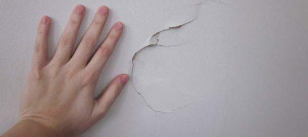 Выравнивание с помощью гипсокартона также не лишено недостатков: обращаться со стенами придется аккуратно