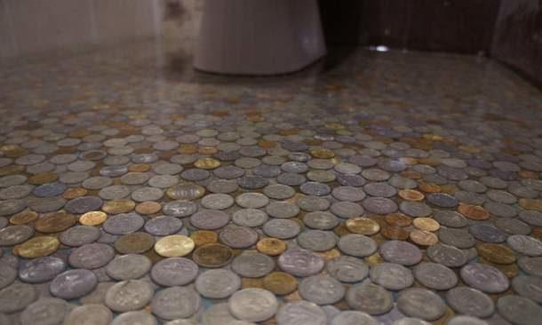 Полимерное покрытие с настоящими монетами