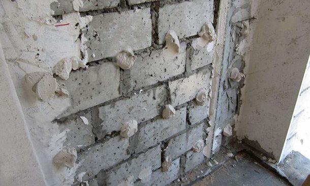 Некоторые мастера рекомендуют наносить клей сразу на стену