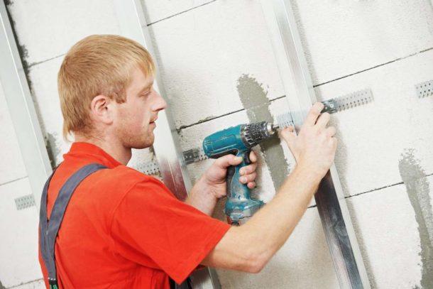 Отделка стен ГКЛ имеет существенные плюсы, главными из которых являются скорость и простота работ