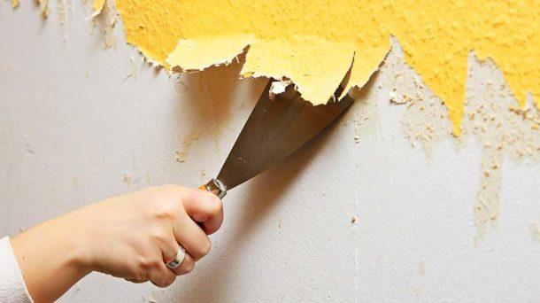Стены тщательно очищаются от старой отделки