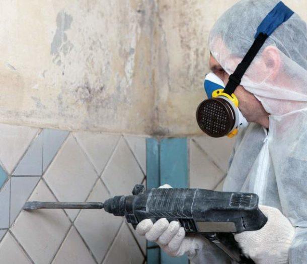 Подготовка стен начинается с удаления старой отделки