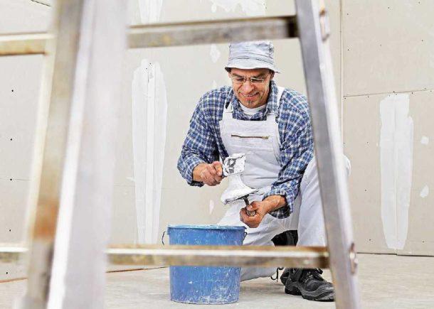 Обшитая гипсокартоном стена перед покраской обязательно должна быть зашпаклевана