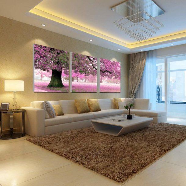 Большое изображение на стене над диваном
