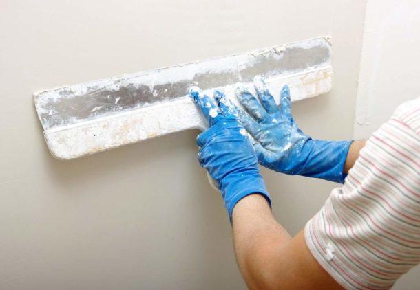 Исправляем легкую кривизну стен шпаклевкой