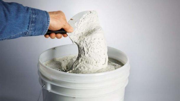 Используем шпатлевочную смесь для устранения небольших дефектов