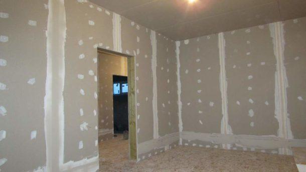 Использование ГКЛ позволяет достаточно просто и быстро устранить неровности стен