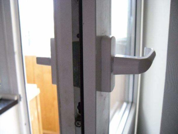 Проверка правильности положения дверного полотна