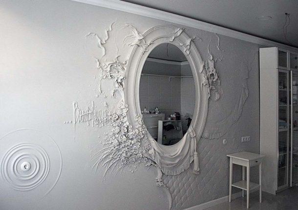 Зеркало, декорированное барельефом