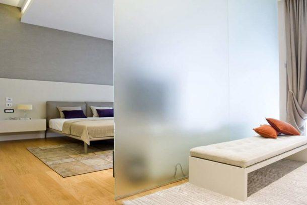 Использование матированного стекла позволит добиться эффекта приватности