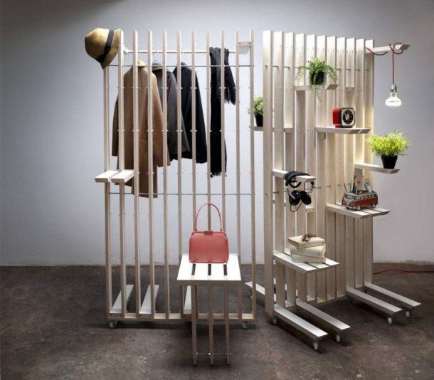Функциональная деревянная конструкция на колесиках для отделения прихожей в квартире-студии