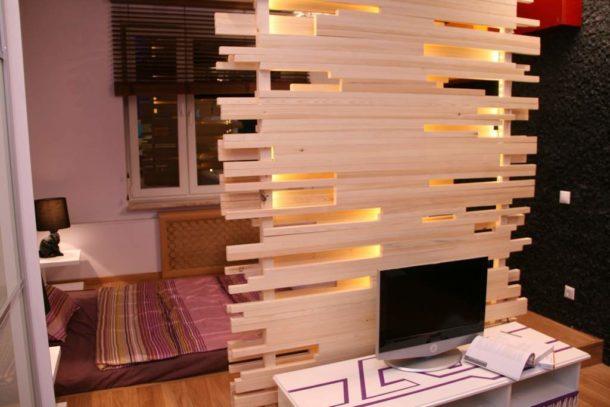 Самодельная перегородка из досок с подсветкой: просто, но стильно