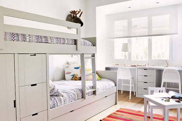 Удобная двухъярусная кровать в скандинавском интерьере детской