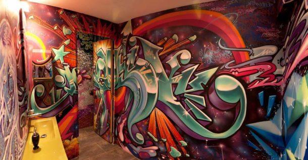 """""""Буйство красок"""" на стенах ванной"""