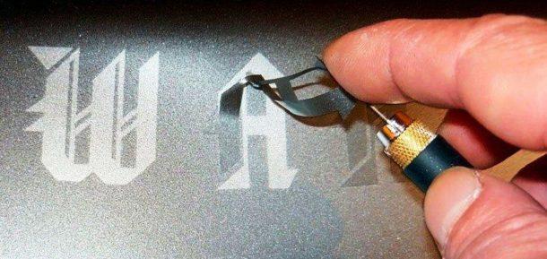 Использование трафарета для создания надписи или рисунка