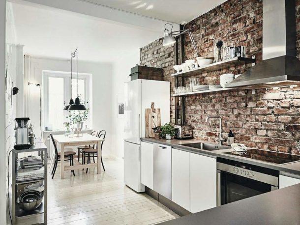 Голая кирпичная кладка в интерьере кухни