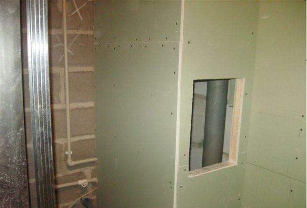 Влагостойкий гипсокартон позволяет не только выровнять стены, но и легко спрятать трубы