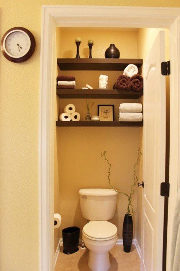 Даже в самом крохотном туалете найдется место для нескольких полочек