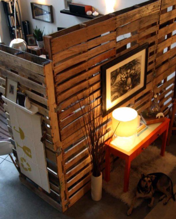 Самобытная и нестандартная перегородка и деревянных поддонов