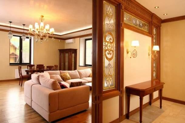 Перегородка в классическом стиле, хорошо подходящая к интерьеру комнаты