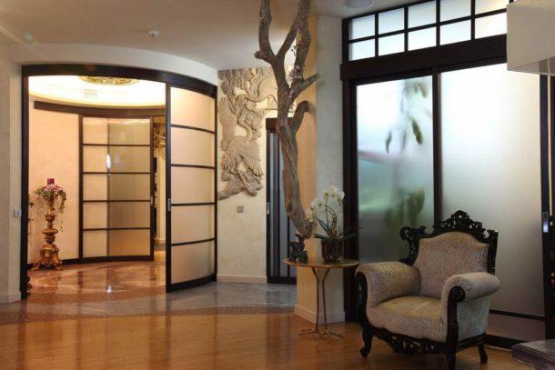 Перегородки из стекла - это стильный, современный, но недешевый вариант зонирования