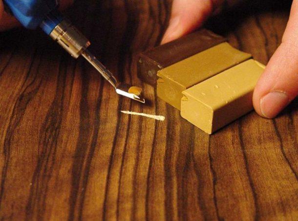 Заделываем выбоины и царапины в ламинате