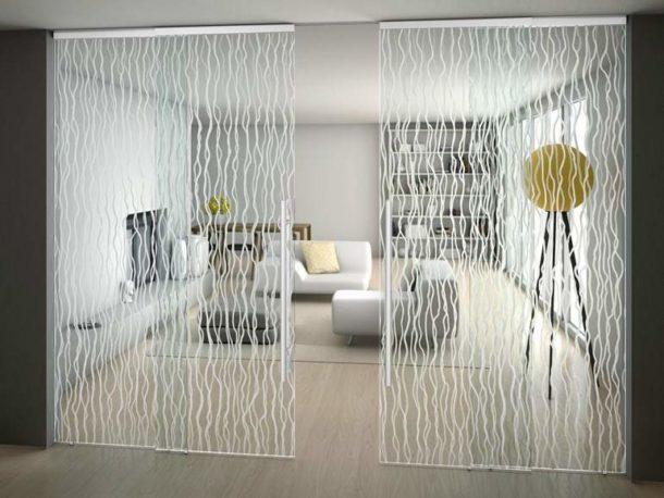 Стеклянные конструкции для разделения зон в квартире представлены во множестве вариантов
