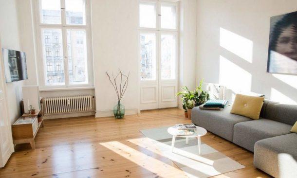 Окна без штор и обилие света - важная особенность стиля