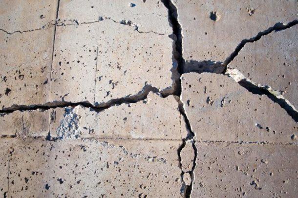 Заделываем выбоины и трещины в бетонном полу
