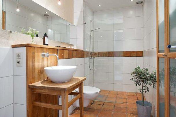 Качественная сантехника и душевой уголок со стеклянной перегородкой - отличный выбор для ванной в скандинавском стиле