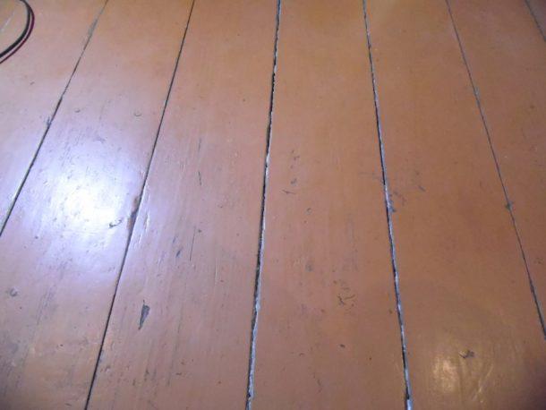 Деревянный пол с разъехавшимися досками