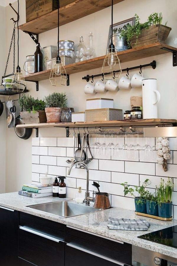 Основные декоративные элементы - кухонные принадлежности, посуда и растения