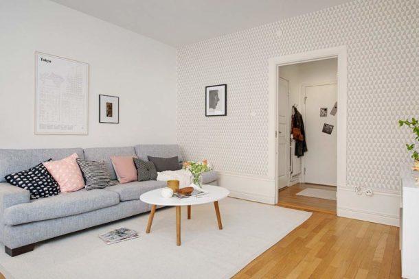 Сочетание белых и светлых обоев срисунком в скандинавской гостиной