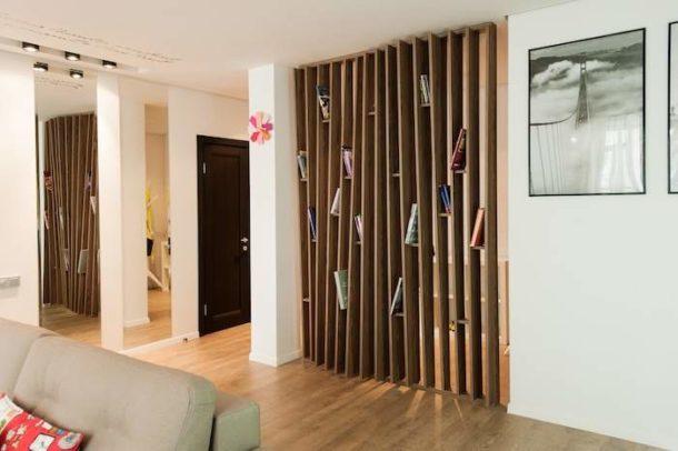 Легкая и практичная стационарная перегородка из дерева с полочками