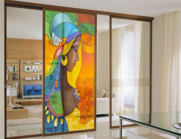 На стекло перегородки может быть нанесен любой рисунок