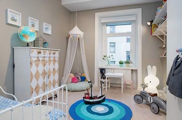 Светло-серые стены станут хорошим фоном для белой мебели