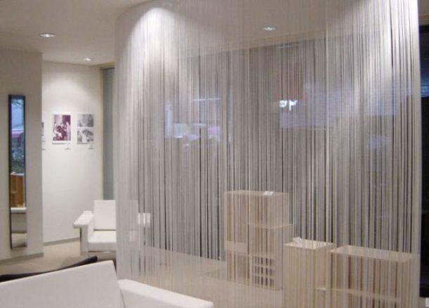 Зонирование занавесями из ткани позволяет экономить пространство