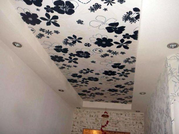 Главное достоинство потолочного покрытия из ткани - возможность самостоятельной натяжки