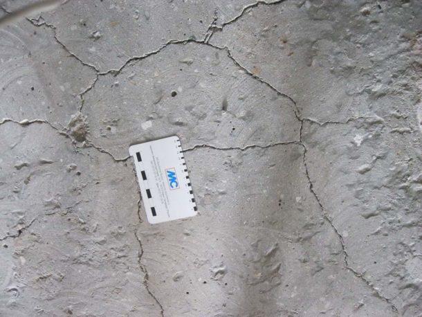 Трещины-паутинки на поверхности бетона