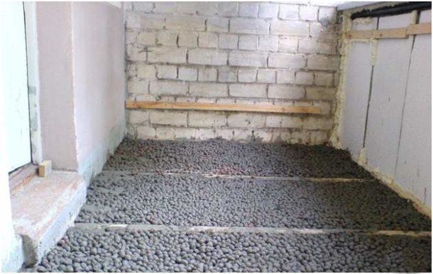 Нередко пол на балконах и лоджиях утепляется керамзитом