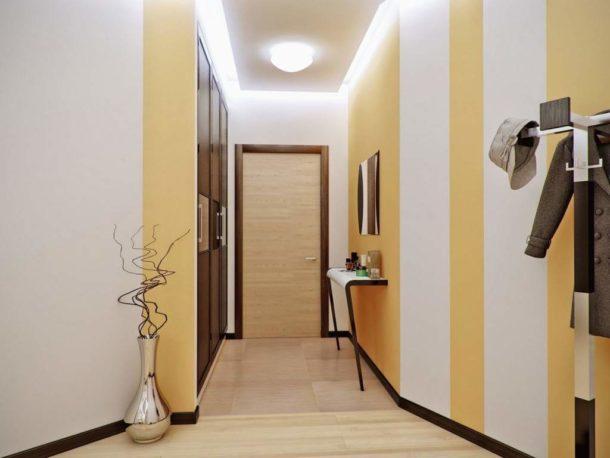 Вертикальные полосы в прихожей и коридоре