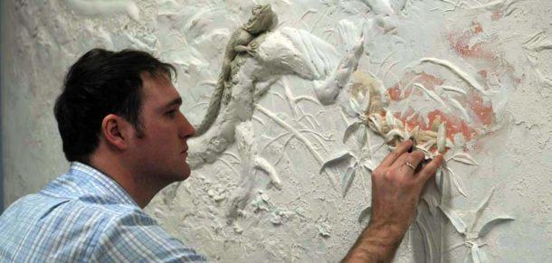 Завершающий этап оформления стены барельефом
