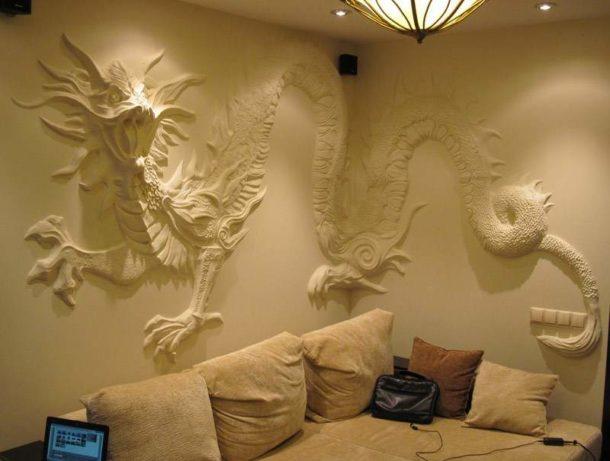 Гипсовый барельеф, созданный вручную прямо на стене